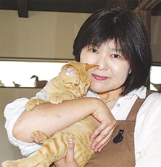 猫を抱く永田さん