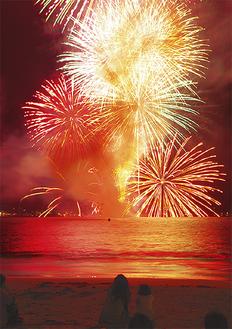 砂浜で花火に見入る観客