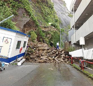 大量の土砂が崩落した現場(24日、午後3時頃)