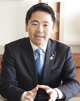 取材に答える松尾市長=昨年12月16日市役所