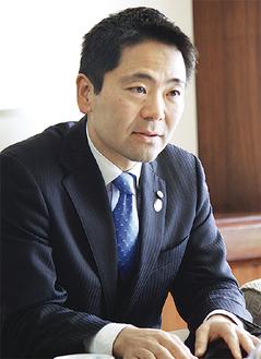 質問に答える松尾市長=昨年12月16日、市役所で