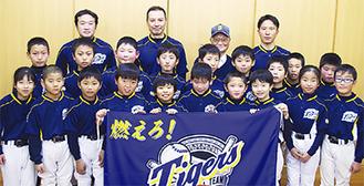 西澤代表(最後列右から2人目)とチームのメンバーたち