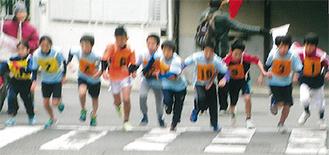 スタートする小学生ランナー(同協会提供)
