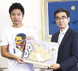 寄贈した野々垣さん(左)と安良岡教育長