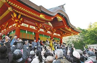 昨年の鶴岡八幡宮での豆まきの様子