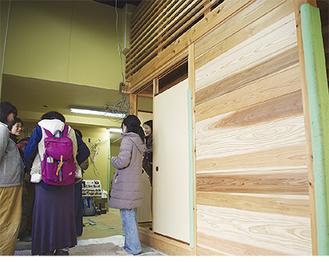 工事が進む室内を見学する地域住民たち