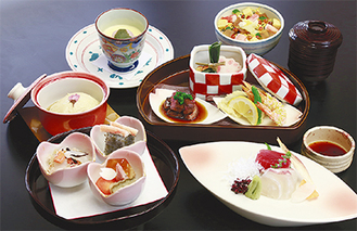 先付、御造り、合肴、焼物、ちらし寿司、デザートからなる「鎌倉和懐石」(写真)のほか、「鎌倉フレンチ」のコースも用意