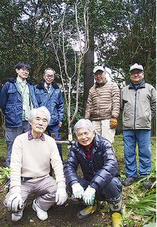 植えた桐ケ谷桜を囲むメンバーたち