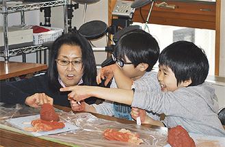 粘土で「土偶」を作る子どもたち