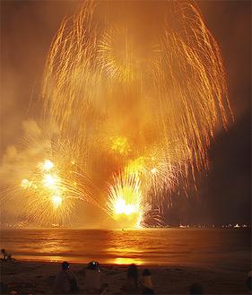 水中花火で人気を集める(写真は昨年)