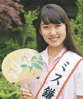 うちわをPRするミス鎌倉の清田麗さん