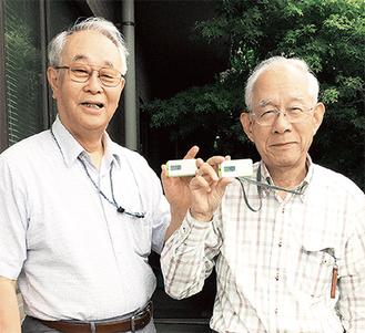 活動量計を手にする沖田会長(左)と立川光造副会長