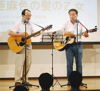 稲田さん(右)とともに歌を披露する近藤さん