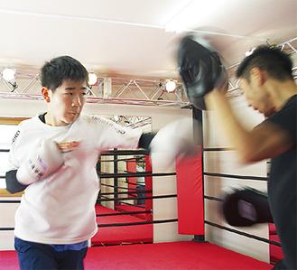 大会を目前に控え、練習に熱が入る松木さんと顧問の鎌田教諭