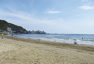 材木座海岸から和賀江島を望む