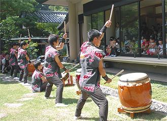 大仏殿高徳院では逗子開成高校和太鼓部が演奏を披露した