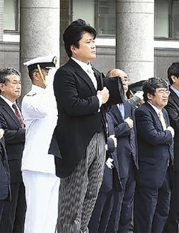 防衛省で栄誉礼を受ける山本氏=8月8日(同氏事務所提供)