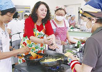 エバさん(左から2番目)と一緒に調理