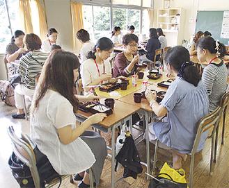 御成中学校で開かれた試食会の様子