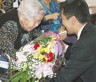 高齢者に花束を手渡す松尾市長