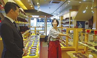 鎌倉彫 山水堂で取材する船山さん