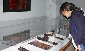 器物別に仏具を展示