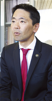 当選翌日、記者会見する松尾氏(=23日、市役所)