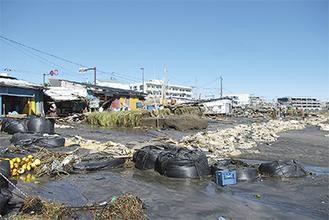 漁師小屋に大きな被害が出た坂ノ下海岸(10月23日撮影)
