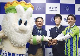 右から松尾市長、中里さん、眞壁代表