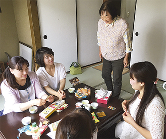 「まなざしカフェ」の様子。奥が長谷川さん