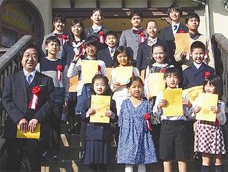 表彰式当日文学館に集まった入選者たち=11月5日、鎌倉文学館提供