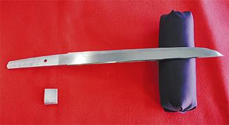 刃渡り25.7cm、重さ180gの短刀