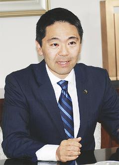 取材に答える松尾市長=昨年12月15日市役所