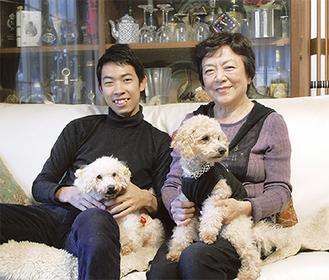 「2匹の愛犬とも仲良くなれた」という野本さん(左)と渡邊さん