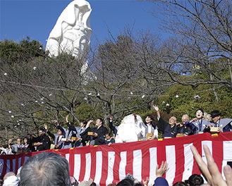 昨年、大船観音寺で開催された豆まきの様子