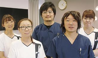 菅原院長(中央)と医師ら