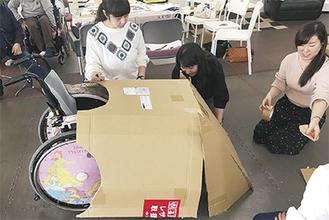 車いすの「仮装」を準備する参加者