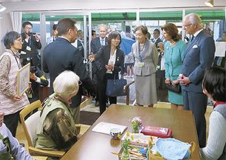 作品の説明を受けるグスタフ国王夫妻=写真提供、稲田秀樹さん