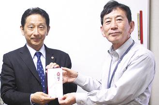内藤事務局長(右)に寄付金を手渡す徳増支部長