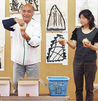 玉ねぎの美味しい食べ方などを紹介する福井さん(左)