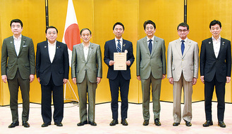 授与式に出席した安倍晋三首相(右から3人目)と松尾市長(中央)ら