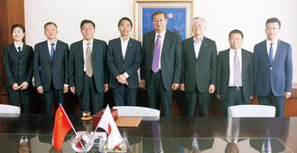 松尾市長(左から4人目)を訪問した李副書記(同5人目)ら