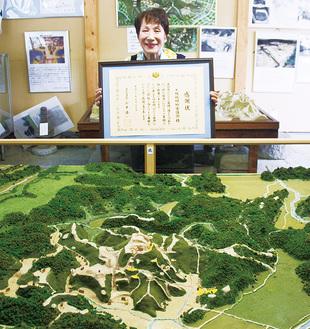 玉縄ふるさと館にある玉縄城域模型と荒井幸子さん