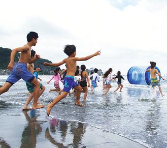 海上遊具に向かう子どもたち(昨年)
