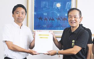 松尾市長(左)に手渡す大津代表