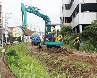 鎌倉武道館前で行われた枕木の撤去作業(9月7日撮影)