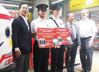特製ヘッドマークを紹介する尾渡社長(左)