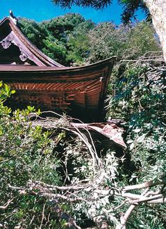 倒木で一部が破損した舎利殿(鎌倉市提供)