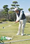 技術を磨いたアプローチショット。91歳とは思えないやわらかいスウィング