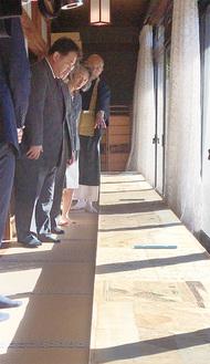 光明寺に寄贈された絵巻の写しを見る当主ら
